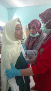 muslimah terlihat tenang saat diberikan imunisasi