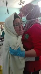 Muslimah terlihat panik saat diberikan imunisasi