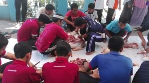 siswa dan teachers IIS PSM melakukan pemotongan daging kurban untuk dibagikan
