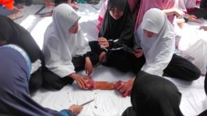 pemotongan dari  kurban oleh siswa-siswi IIS PSM Magetan
