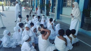 siswa-siswi melakukan simulasi pemberangkatan ke Mekkah