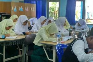 Siswi-siswi AIS Bandung terlihat serius mengikuti pelajaran bersama teman-teman dari IIS