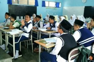 Siswa muslim juga terlihat serius mengikuti pelajaran