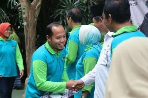 Mr Puji saat menerima penghargaan Aiwiyata Provinsi