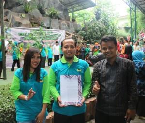 Ibu Endah (perwakilan DLH Kabupaten Magetan) bersama Mr Puji dan Mr Hendri (Kepala Sekolah dan Ketua program Adiwiyata SD IIS PSM Magetan)