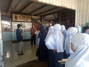 Siswa belajar mengenai sejarah teh dengan guide