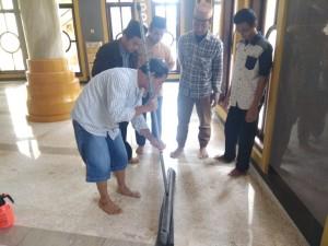 Memasang Karpet di Masjid Baitussalam Kabupaten Magetan