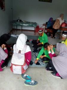 """Mengikuti pelatihan membuat keset bersama lansia di UPT Pelayan Khusus Lanjut Usia """"Tresna Werdha"""""""