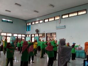 """Mengikuti senam pagi bersama lansia di UPT Pelayan Lanjut Usia """"Tresna Werdha"""" Kabupaten Magetan"""