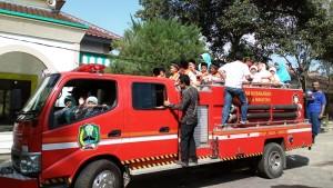 Berkendara dengan truk pemadam kebakaran