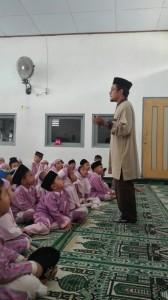 Siswa-siswi preschool antusias mendengarkan cerita dari Mr Yusuf