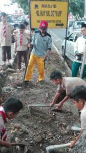 Belajar mengolah tanah didampingi oleh Mr Huri